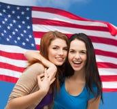 Abbracciare di risata di due ragazze Fotografia Stock Libera da Diritti