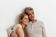 Abbracciare felice delle coppie Fotografie Stock Libere da Diritti