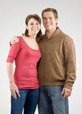 Abbracciare felice delle coppie Immagini Stock Libere da Diritti