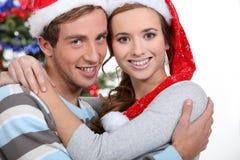 Abbracciare festivo delle coppie Immagini Stock Libere da Diritti