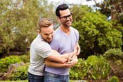 Abbracciare gay felice delle coppie fotografia stock