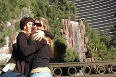 Abbracciare gli amici Fotografie Stock