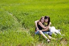 Abbracciare gli amici Immagine Stock