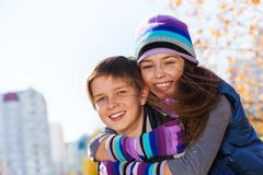 Abbracciare i bambini delle coppie Immagine Stock
