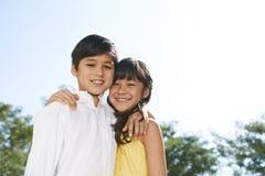 Abbracciare i gemelli fotografie stock