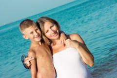 Abbracciare incinto del figlio e della madre Fotografia Stock