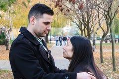 Abbracciare interrazziale delle coppie all'aperto fotografia stock libera da diritti