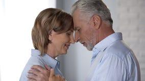 Abbracciare invecchiato delle coppie, armonia nelle relazioni e matrimonio duraturo, felicità fotografie stock libere da diritti