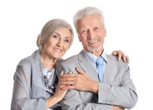 Abbracciare le coppie senior su fondo bianco Immagine Stock Libera da Diritti