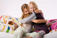 Abbracciare le sorelle immagini stock