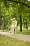 Abbracciare senior felice delle coppie Immagine Stock