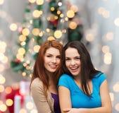 Abbracciare sorridente degli adolescenti Fotografie Stock