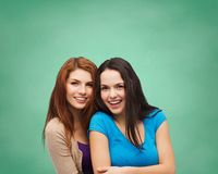 Abbracciare sorridente degli adolescenti Fotografia Stock Libera da Diritti