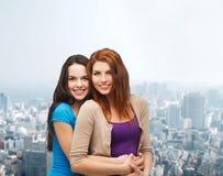 Abbracciare sorridente degli adolescenti Immagine Stock Libera da Diritti