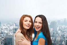 Abbracciare sorridente degli adolescenti Immagine Stock