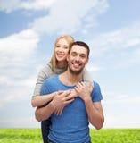 Abbracciare sorridente delle coppie Immagini Stock Libere da Diritti