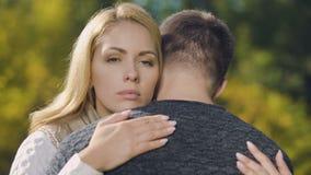 Abbracciare turbato delle coppie, sembrante diagnosi di malattia, supporto e cura malinconici e mortali stock footage