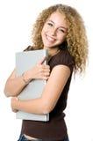 Abbracciare un computer portatile Fotografia Stock