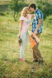 Abbraccio adolescente delle coppie Fotografia Stock