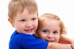 Abbraccio allegro dei bambini Fotografia Stock Libera da Diritti