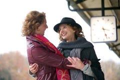 Abbraccio amichevole alla stazione ferroviaria Fotografia Stock Libera da Diritti