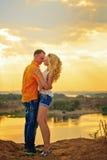 Abbraccio appassionato al tramonto Immagini Stock
