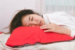 Abbraccio della donna dell'Asia il cuscino e la prova da svegliare sulla mattina Fotografia Stock Libera da Diritti