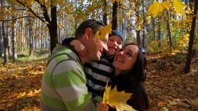 Abbraccio della famiglia nel movimento lento della foresta di autunno archivi video