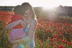 Abbraccio della madre Fotografie Stock Libere da Diritti