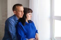 abbraccio della moglie e del marito Fotografie Stock