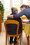Abbraccio della nipote della nonna della donna anziana fotografia stock
