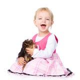 Abbraccio della ragazza un piccolo cucciolo dell'Yorkshire terrier Isolato Immagini Stock