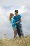 Abbraccio delle coppie in campagna Immagine Stock Libera da Diritti