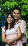 Abbraccio delle coppie dell'amante nel garden2 Immagine Stock