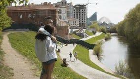 Abbraccio delle coppie su lungomare della città stock footage
