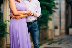 Abbraccio delle persone appena sposate nel Montenegro Fotografia Stock Libera da Diritti