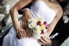 Abbraccio dello sposo e della sposa Immagine Stock