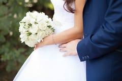 Abbraccio dello sposo la sposa Immagini Stock