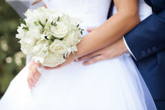 Abbraccio dello sposo la sposa Immagini Stock Libere da Diritti