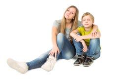 Abbraccio di seduta della sorella e del fratello Fotografia Stock Libera da Diritti
