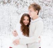 Abbraccio felice degli innamorati Fotografie Stock