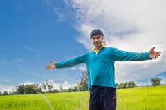 Abbraccio felice dell'agricoltore nel giacimento del riso, Tailandia Fotografia Stock