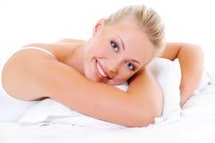 Abbraccio felice della donna il cuscino bianco Fotografie Stock Libere da Diritti