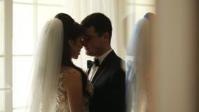 Abbraccio felice delle spose dalla finestra archivi video