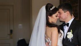 Abbraccio felice delle spose dalla finestra stock footage