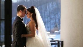 Abbraccio felice delle spose dalla finestra video d archivio