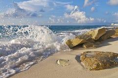 Abbrechende Welle auf Felsen Lizenzfreies Stockbild