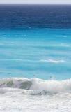 Abbrechende Welle auf karibischem Strand Stockfotos