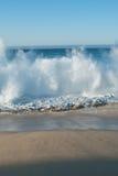 Abbrechende Welle des Sandy-Strandes lizenzfreie stockbilder