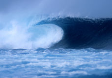 Abbrechende Welle an EL Quemao Lanzarote Stockfoto